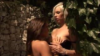 Dwie gorące lesbijki namiętnie się liżą