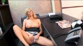 Victoria White masturbuje się w biurze i jebie