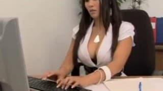 Zbereźna sekretarka obciąga klientom kutasy