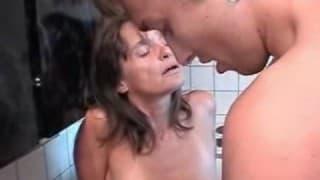 Dojrzała mamuśka ma ochotę na seks z młodym