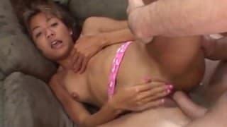 Młoda Azjatka uczy się seksu