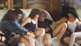 Kilku przyjaciół pieprzy się w seksie grupowym