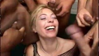 Blondynce kleją się oczy od spermy