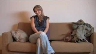 Blondynka daje dupy przed kamerą podczas castingu
