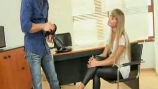 Facet na słabość do kobiecych stóp