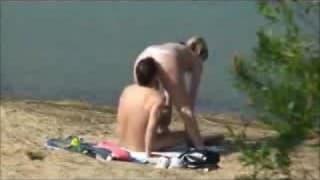 Para myśli, że jest sama na plaży a jednak nie
