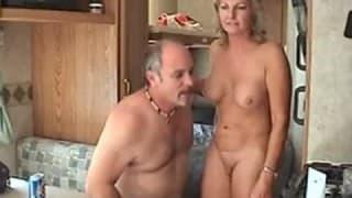 Starsza para kręci amatorskie porno