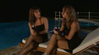 Lesbijki zabawiają się nocą przy basenie