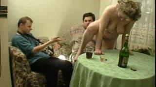 Młody grubas i stara babcia kręcą pornola