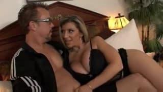 Cycata żonka ma ochotę na seks