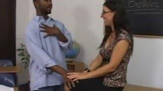 Seksowna nauczycielka dała dupę murzynowi