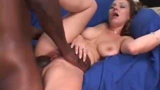 Kocica Darien Ross dochodzi do orgazmu