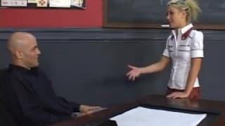Nauczyciel pokazuje uczennicom jak walić kania
