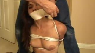 Związana brunetka z seksownej bieliźnie
