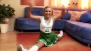 Seksy cheerleaderka rusza pomponami i chujem