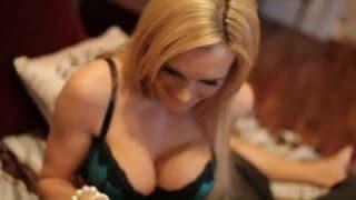 Cycata blond kocica w seksownej bieliżnie