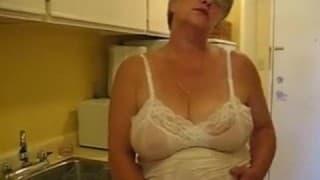 Stara babka zabawia się dildo