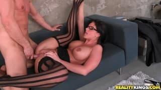 Phoenix Marie i seks na biurowej sofie