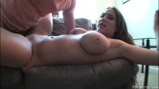 Alanah Rae z amatorem jebania na sofie