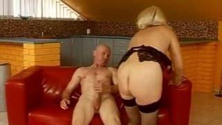 Dojrzała blond kurwa jebie się na sofie
