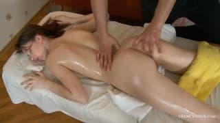 Młoda chudziutka brunetka u masażysty
