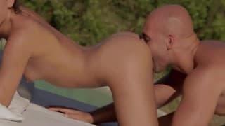 Nastolatki i seks dwóch par nad basenem