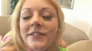 Blond suka pije spermę z kilku chujów