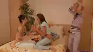 Trzy głodne lesbijki,ogórek i dildo