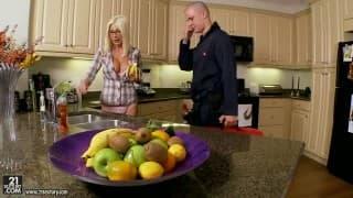 Mamuśka w kuchni ma apetyt na seks