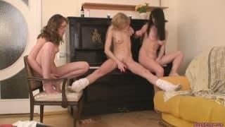 Gorące trio lesbijek z dildo i ogórkiem