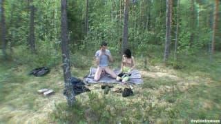 Na wycieczce w lesie parka się pierdoli