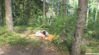 Para amatorów i sesja jebania w lesie