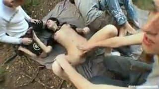 Pijani studenci na orgietce w lesie