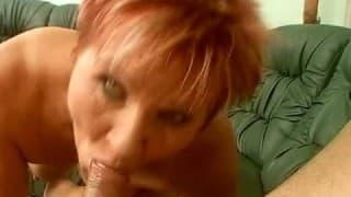 Dojrzała kobieta z kutasem w ustach