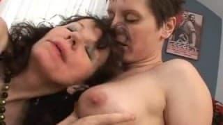 dojrzała lesbijka uwodzi nieśmiałą młodą dziewczynę