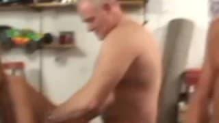 Suki ostro obracane w garażu