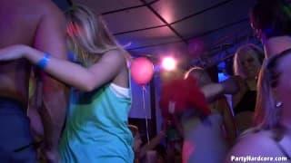 Blowjob party w nightclubie