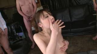 Aiko Hirose obciąga małe azjatyckie chuje