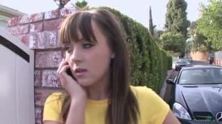 Sarah Shine czeka na rodziców u sąsiadów
