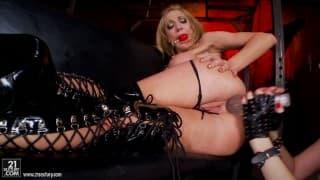 Dwie gorące aktorki porno bawią się strap-on