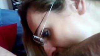 Ścierwo w okularach masturbuje cipę