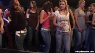 Suki obciągają w nocnym klubie