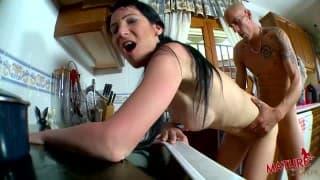 Mamuśka lubi jebanko w kuchni