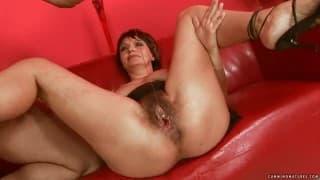 Wielkie dildo i ręka w jej cipie
