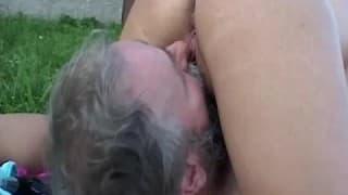 Farmer wyjebał seksowną blondynkę