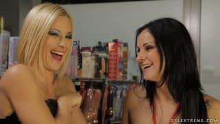 Emma i Abbie Cat próbują w sklepie sex zabawki