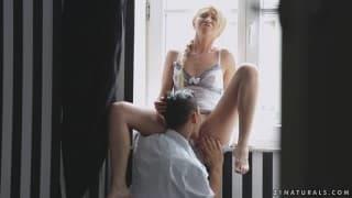 Lindsey Olsen wyruchana na oknie