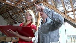 Blondynka robi loda budowlancowi