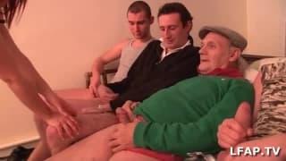 Mała francuska kurwa wypierdolona przez 4 facetów