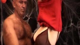 Starszy mężczyzna wie jak zaspokoić młodą napaloną sukę